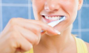 Как самостоятельно убрать камень с зубов