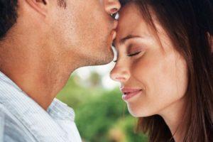 Что значит, если парень целует в лоб