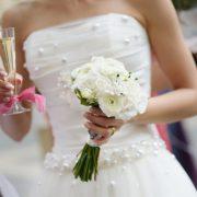Праздничные идеи красивого свадебного маникюра на короткие ногти