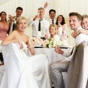 Как украсить комнату к свадьбе своими руками?
