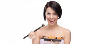 Как едят суши