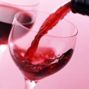 Как вывести пятно от красного вина с одежды