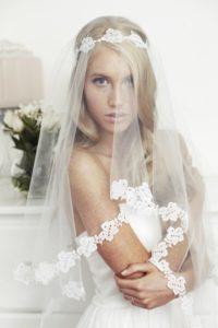 Новые свадебные прически с фатой на длинные волосы