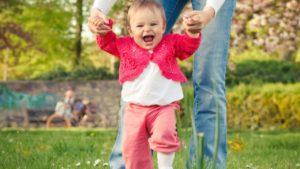 Как самостоятельно научить ребенка ходить?