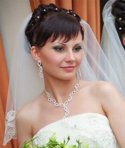Свадебные прически с фатой на средние волосы