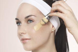 Перед нанесением консилера хорошо очистите лицо, увлажните кожу кремом.